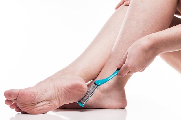 Soin de la peau sèche sur les pieds bien coiffés