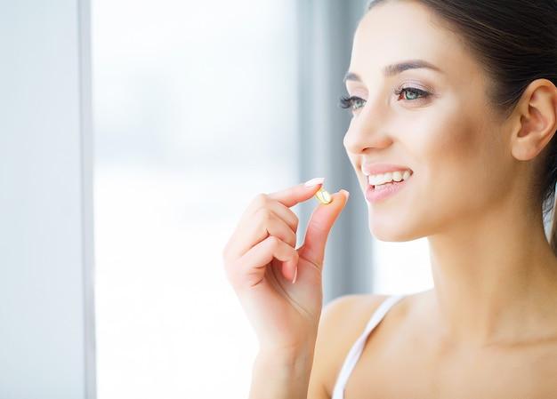 Soins dentaires. belle jeune femme mangeant du chewing-gum, souriant.