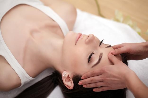 Soins du corps, spa femme, concept de traitement de beauté, belle fille caucasienne en bonne santé relaxante