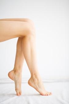Soins des mains et des ongles. pieds de belles femmes avec une pédicure parfaite. beauty day spa manucure