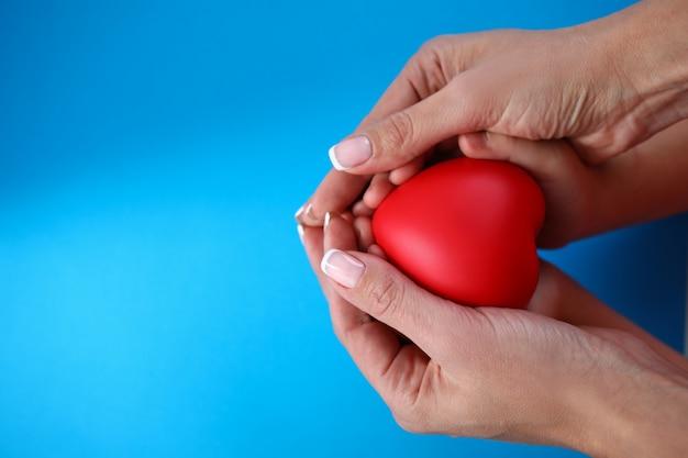 Soins maternels pour enfant en bonne santé, cœur en mains.