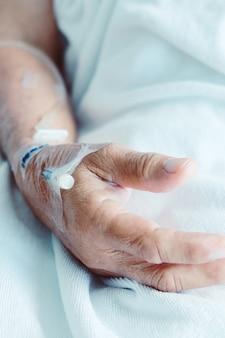 Soins médicaux, gros plan d'une injection de solution saline dans la main