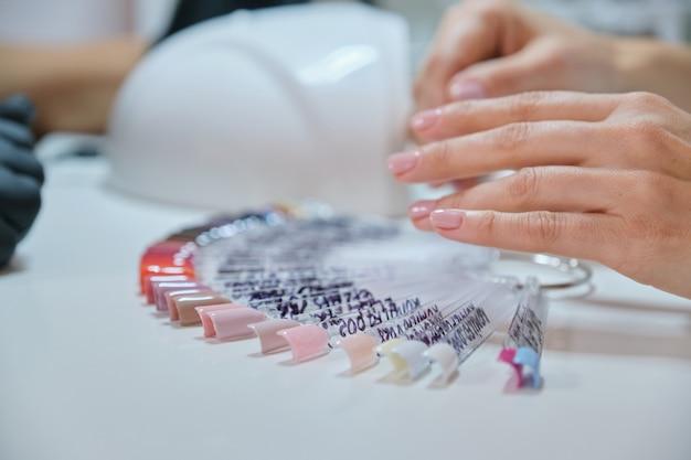 Soins des ongles et des mains, gros plan des mains féminines sur la procédure de manucure