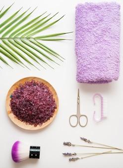 Soins des ongles des mains et des pieds, outils de manucure et de pédicure, sel de mer à la lavande, serviette, flatlay