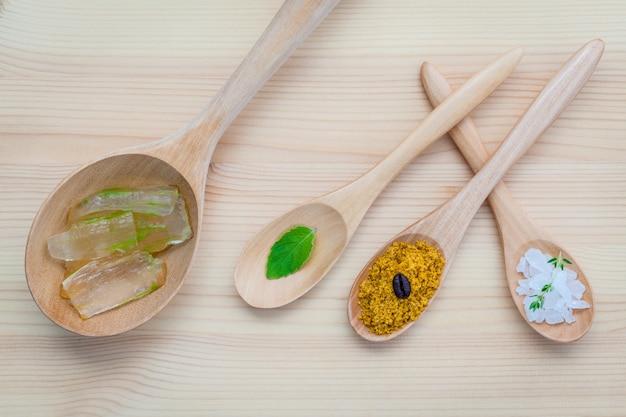Soins de la peau alternatifs et gommages faits maison sur table en bois.