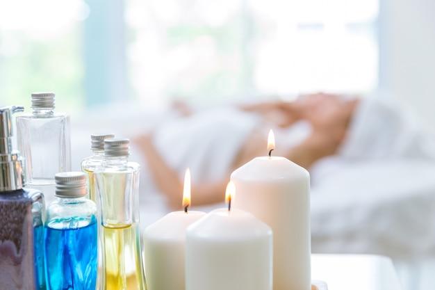 Soins de la peau beauté spa et massage se détendre après le travail avec flou fond de deux femmes.