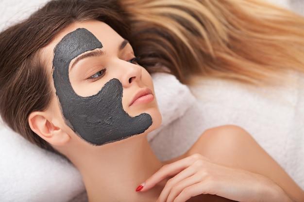 Soins de la peau du visage. belle femme, obtenir, masque cosmétique, dans, salon