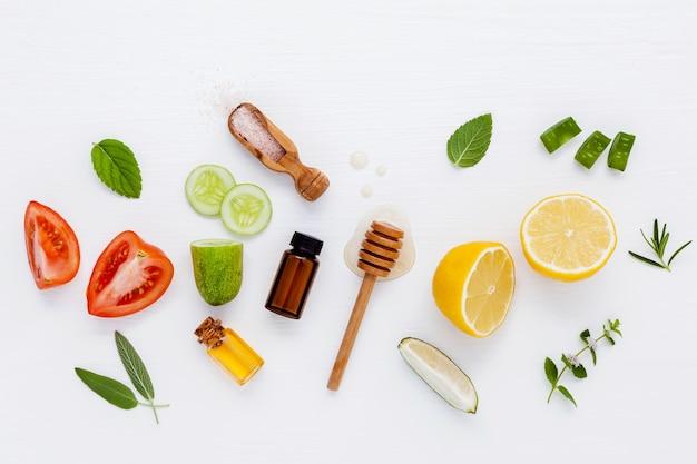 Soins de la peau faits maison avec des ingrédients naturels sur un fond en bois blanc.