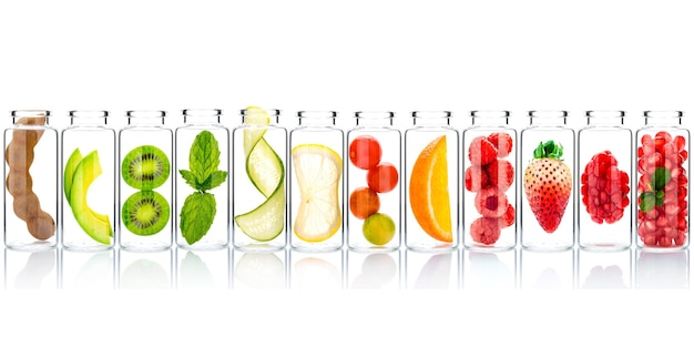 Soins de la peau et gommages corporels faits maison avec des ingrédients naturels dans des bouteilles en verre isoler sur fond blanc.