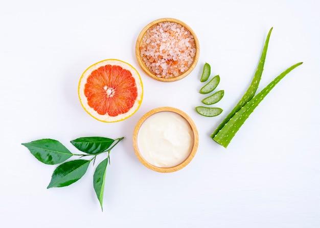 Soins de la peau et masque capillaire avec yaourt et pamplemousse d'ingrédients naturels sur fond blanc