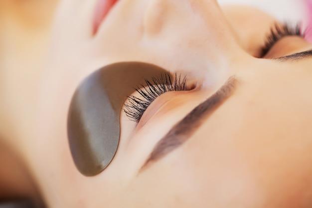 Soins de la peau sous les yeux, des patchs sont appliqués sur les yeux de la jeune femme