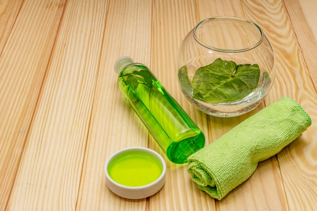 Soins personnels à domicile. gel et eau tonique au thé vert, serviette de bain. concept de spa d'ingrédients naturels