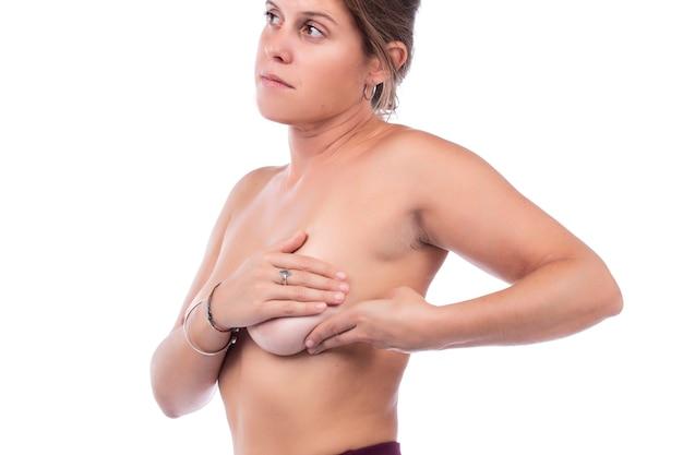 Soins personnels et examen des seins de la femme pour déceler des bosses ou des symptômes étranges.