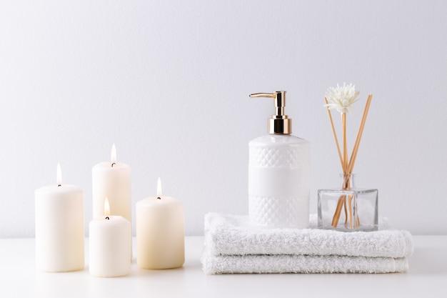 Soins de santé et articles de spa sur une étagère blanche