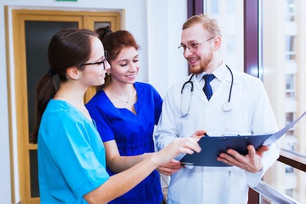 Soins de santé. un groupe d'étudiants en médecine communique devant un ordinateur portable. discussion du diagnostic.