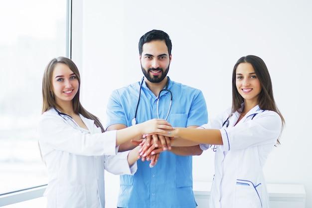 Soins de santé. des médecins attrayants avec stéthoscope médical travaillent ensemble à l'hôpital. médical