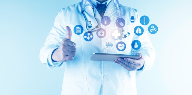 Soins de santé numériques et connexion réseau sur l'interface d'écran virtuel moderne hologramme, la technologie médicale et le concept de réseau.