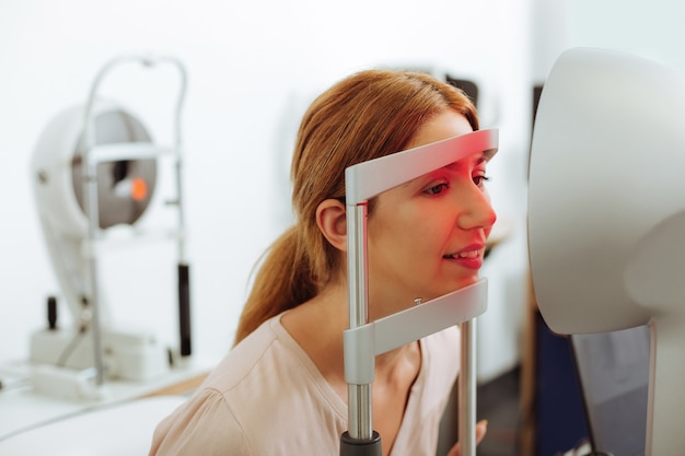 Soins de santé le week-end. gros plan sur une belle jeune femme visitant un spécialiste des yeux le week-end