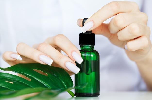 Soins scin. scientifique mains testant la texture de produits de beauté