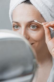 Soins et soins des sourcils et des cils soins de la peau du visage et traitements de spa à la maison femme esthéticienne faisant