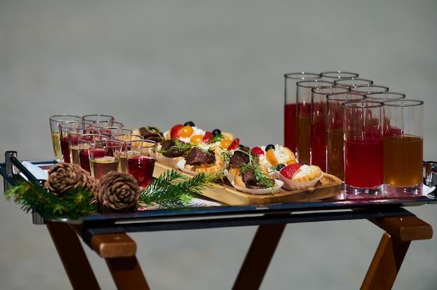 Soirée barbecue dans la cour à l'été décoration élégante restauration de luxe cuisine savoureuse et belle en service ...