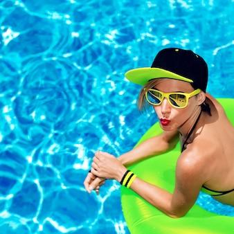 Soirée chaude dans la piscine dame glamour sexy