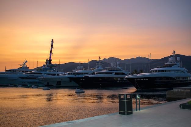 Soirée dans un port de plaisance à porto montenegro