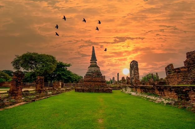 Soirée dans un vieux temple dans le parc historique d'ayuthaya à ayutthaya en thaïlande