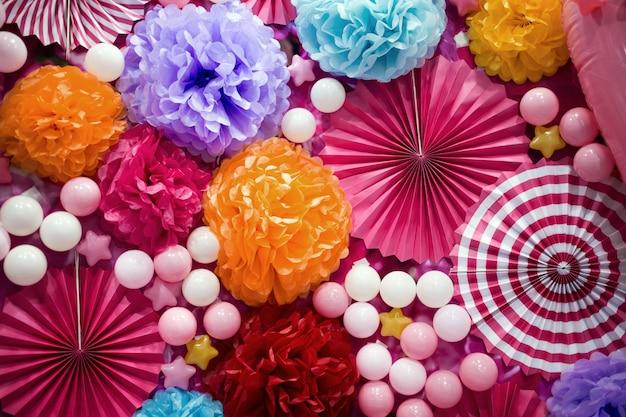 Soirée de décoration rose avec papier et ballon en fête cérébrée
