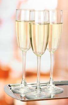 Soirée d'entreprise: verres de champagne mousseux sur plateau