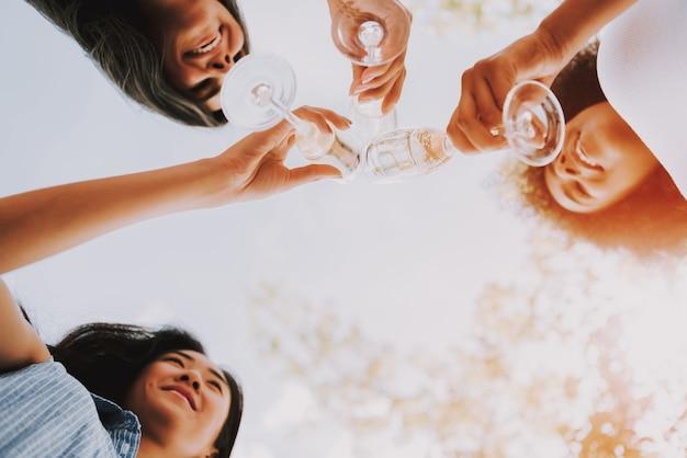 Soirée d'été ensoleillée femmes buvant du champagne