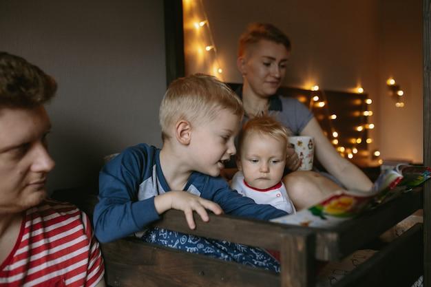 Soirée en famille avant noël en lisant un livre et en buvant du chocolat chaud ensemble