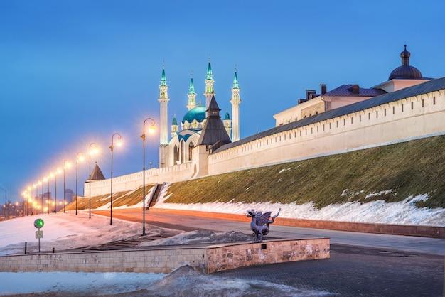 Soirée d'hiver aux murs du kremlin de kazan et du dragon zilant