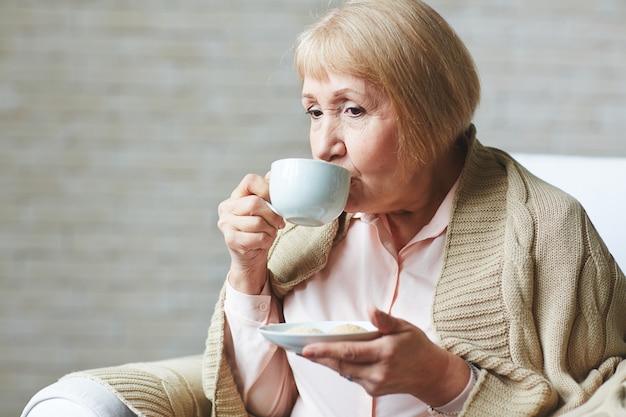 Soirée d'hiver avec une tasse de café