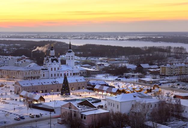 Soirée d'hiver sur la ville basse de tobolsk sur les rives de la ville de noël irtych sur la place