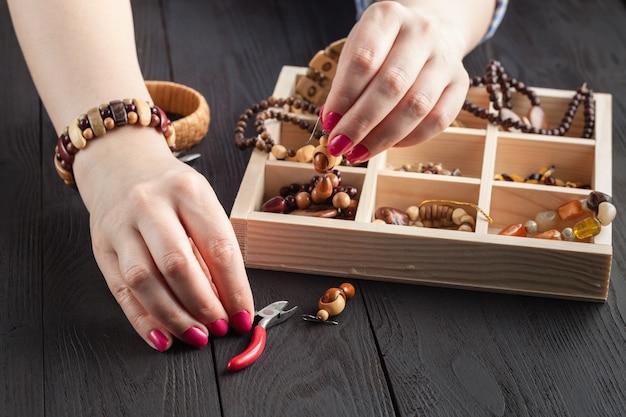 Soirée libre faisant des perles. travail à domicile loisirs femme, concept de masterclass