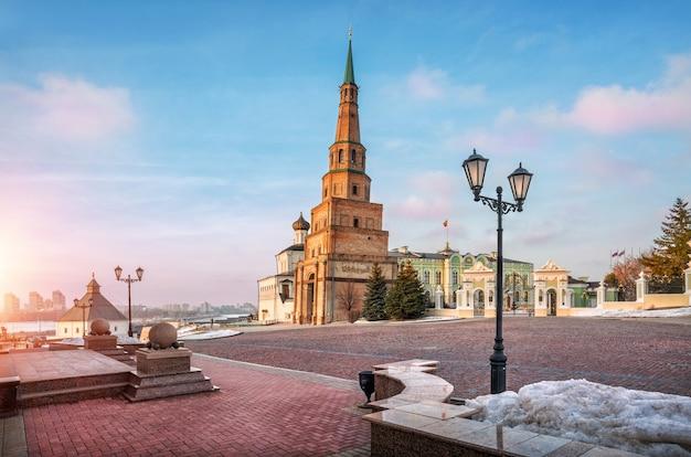 Soirée de printemps au kremlin de kazan près de la tour syuyumbike