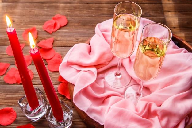 Soirée romantique avec champagne, bougies