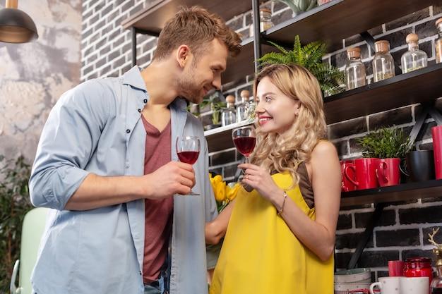 Soirée romantique. un couple d'amoureux juste marié ayant une incroyable soirée romantique à la maison en buvant du vin rouge