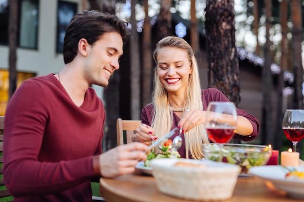 Soirée romantique. joyeux couple marié visitant un restaurant tout en décidant d'avoir une soirée romantique
