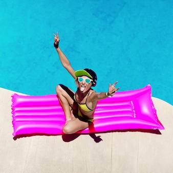 Soirée de style fashion girl dj dans la piscine