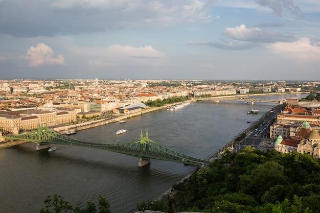 Soirée vue du parlement et de la ville de pest. paysage urbain printanier splendide de budapest