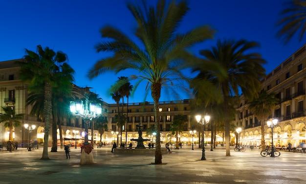 Soirée vue de la placa reial à barcelone