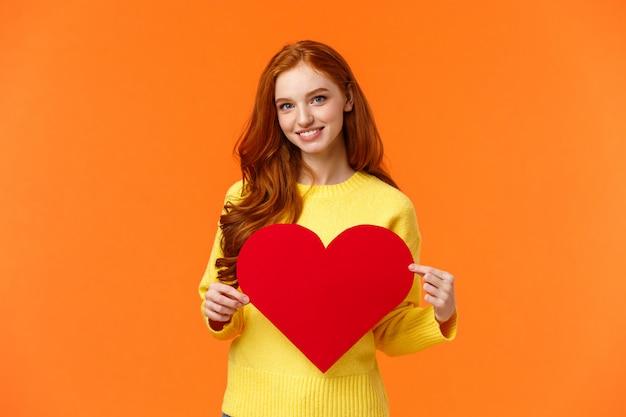 Sois ma valentine. belle rousse magnifique petite amie idiote bouclée tenant un grand coeur