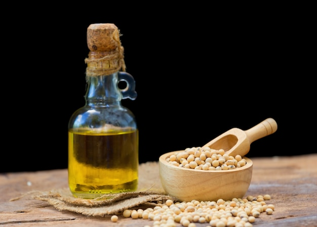 Soja et huile de soja sur une table en bois