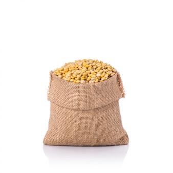 Soja pelé dans un petit sac