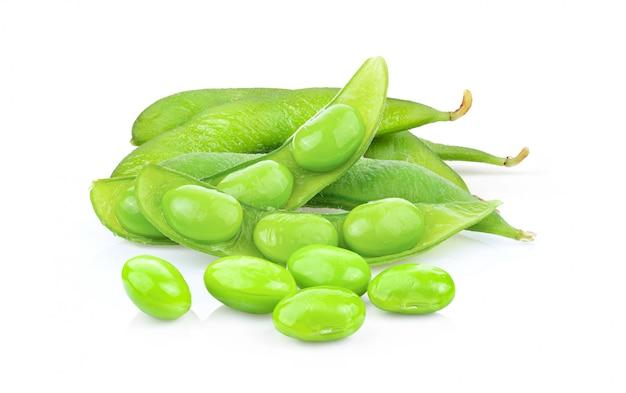 Soja vert en cuillère de bois isolé sur blanc