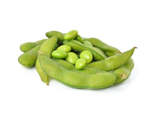 Soja vert sur fond blanc