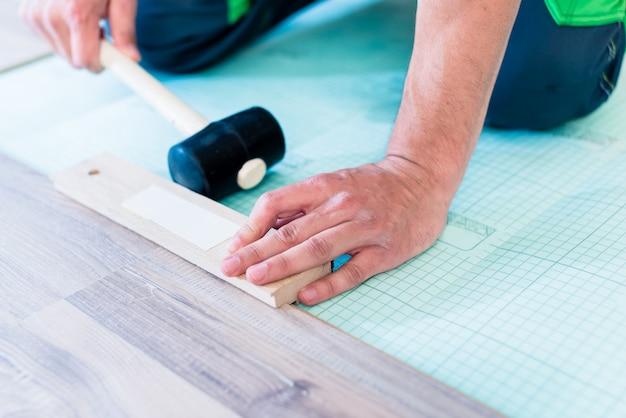 Sol de l'appartement de plancher d'ouvrier de bricolage