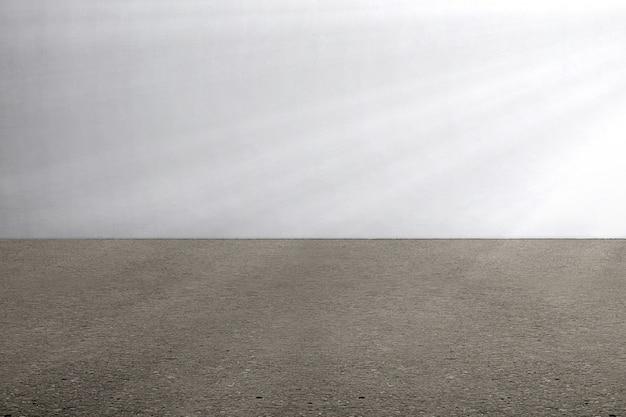 Le sol en béton et le mur gris